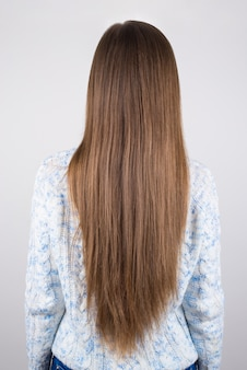 길지만 문제가있는 머리카락을 보여주는 여자