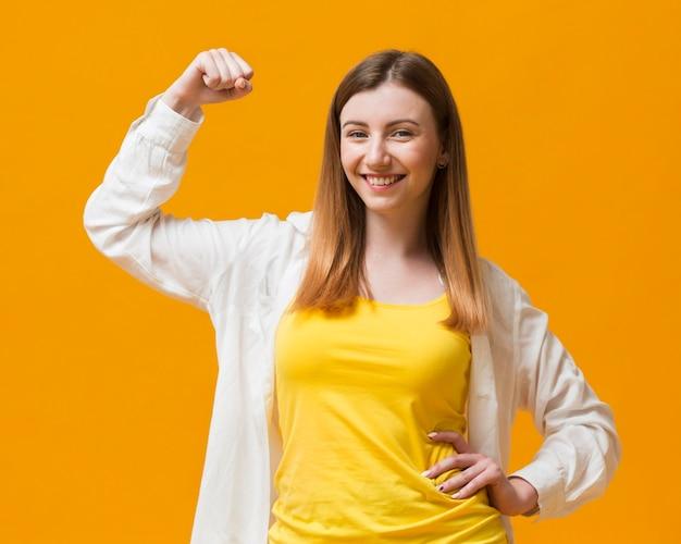 Женщина, показывающая ее мышцы