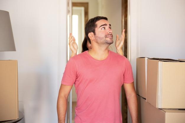 놀란 된 흥분된 남자 친구에 게 새 집을 보여주는 여자