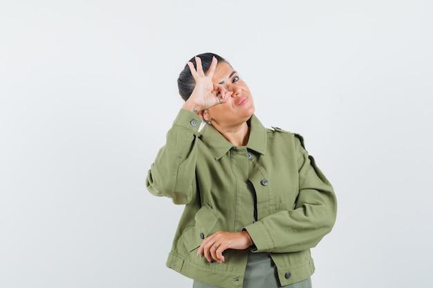 여자 재킷, t- 셔츠에 눈에 확인 표시를 표시 하 고 운이 좋은 찾고.