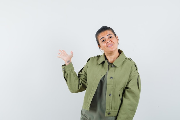 ジャケット、tシャツ、自信を持って見える手のひらを示す女性