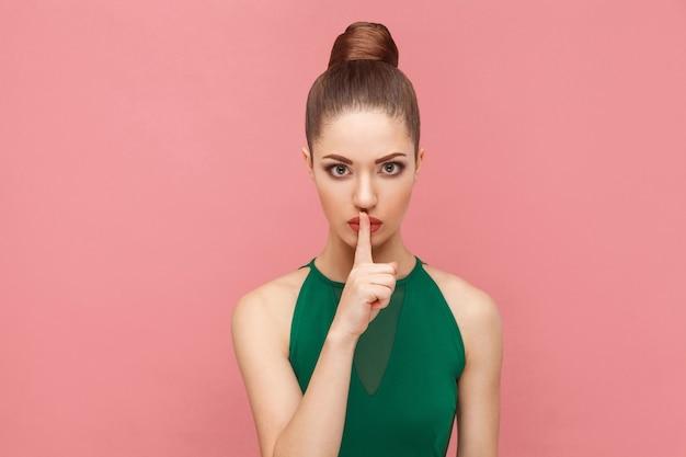 Shh沈黙の兆候を示す女性