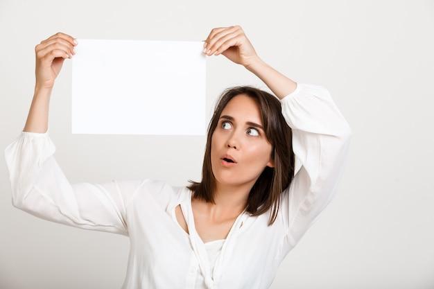 La donna che mostra il segno su libro bianco, fa l'annuncio