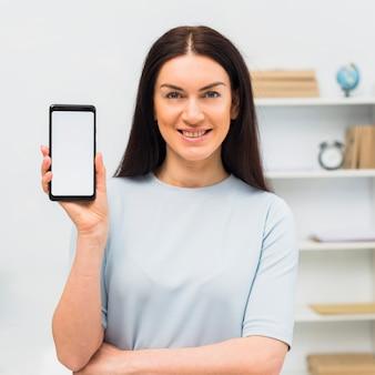 空白の画面を持つ女性示すスマートフォン