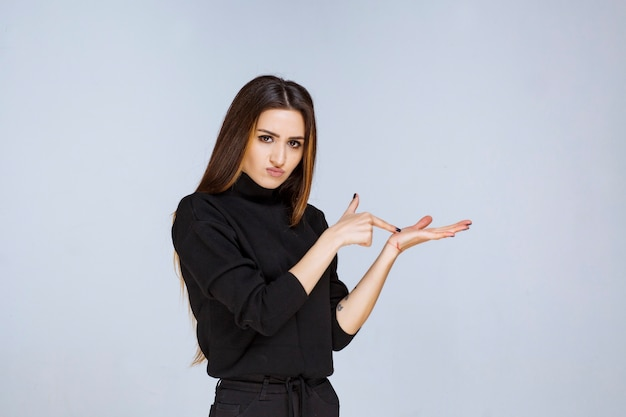 Donna che mostra qualcosa in mano.