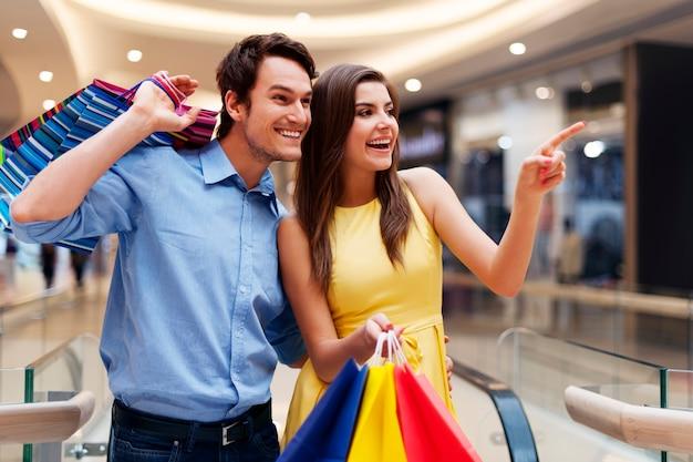ショッピングモールで何かを見せている女性