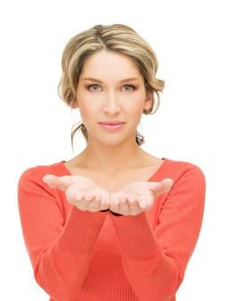 彼女の手のひらの上で何かを示している女性