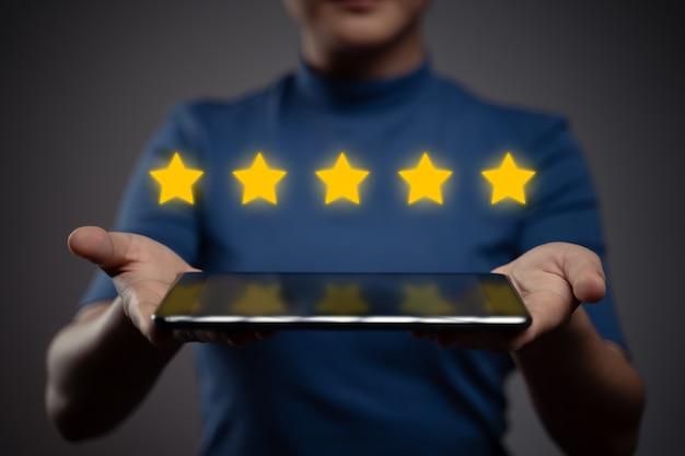 Женщина, показывающая планшет, представляет обратную связь, отзывы с эффектом голограммы с пятью звездами