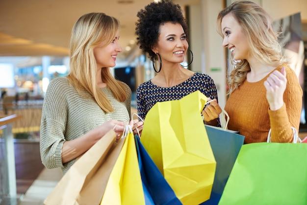 Женщина показывает, что она купила