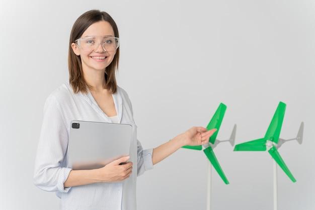Женщина показывает инновации энергии ветра