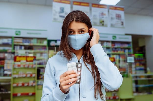 Женщина показывает таблетки, витамины или пилюли в руке.