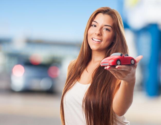 La donna mostra auto giocattolo.