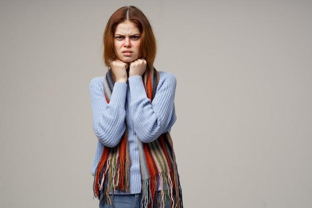 灰色と健康上の問題で病気の女性喉鼻水鼻スカーフ