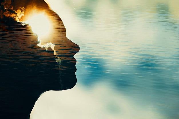 카피 공간이 있는 머리에 태양이 있는 여성의 실루엣. 다중 노출 이미지입니다.