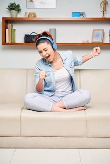 自宅で歌っている女性
