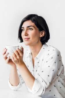 カフェでコーヒーをすすりながら女性