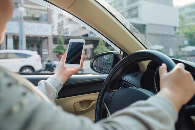 여자는 대시보드 앞 현대 자동차에 앉아