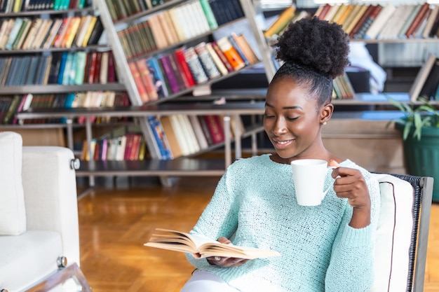 座って本を読みながらコーヒーを飲む女性