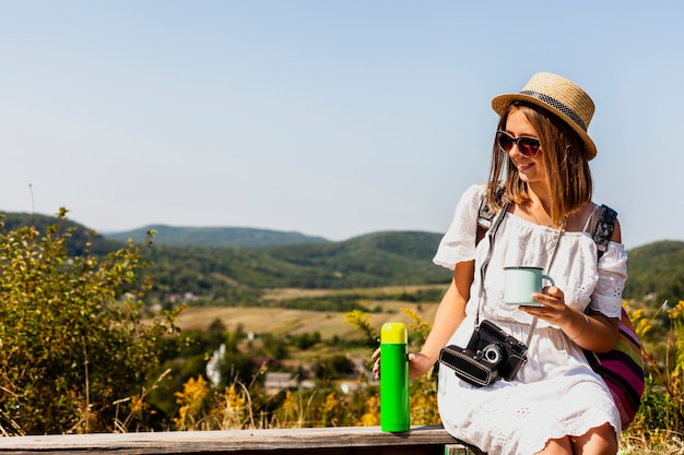 座っているとコーヒーを楽しむ女性