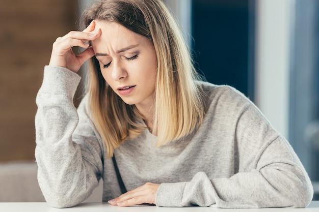 사무실 심한 통증에 테이블에 앉아 여자
