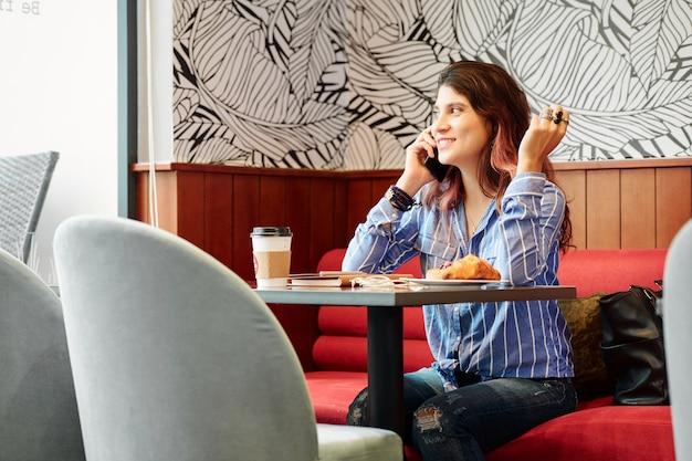 カフェに座っていると電話で呼び出す女性