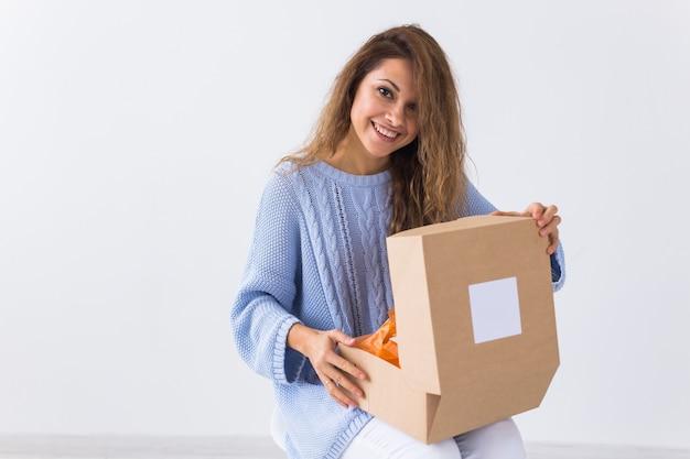 家に座っている女性がオンラインの衣料品の購入を開く