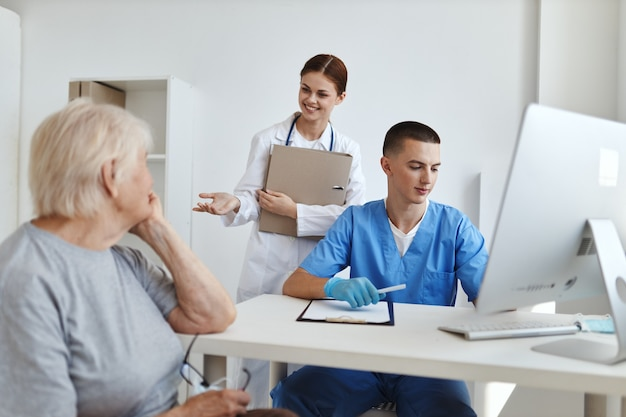Женщина, сидящая в больнице службы диагностики назначения врачей