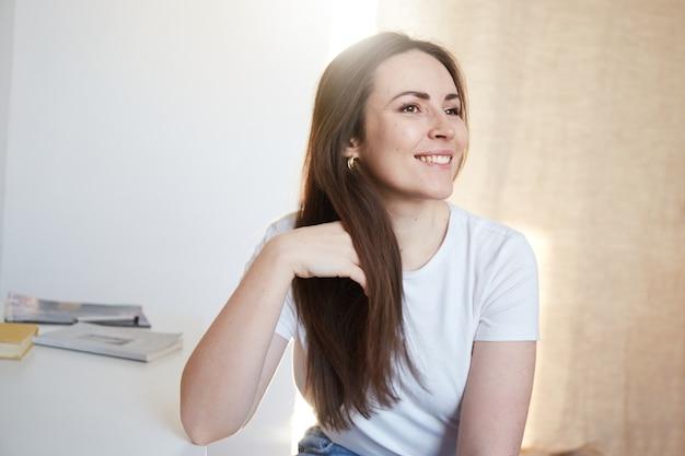 ホームオフィスに座って笑っている女性。自宅から中小企業を経営しています。自信のある女性