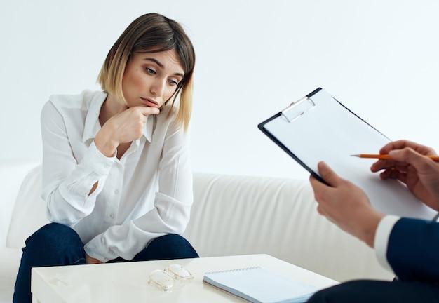 심리학자 문제 스트레스에서 리셉션에 앉아 있는 여자