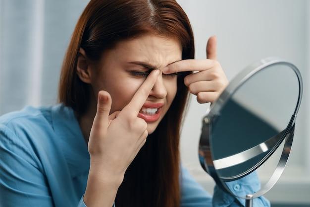Женщина, сидящая за столом перед зеркалом, уход за прической. фото высокого качества
