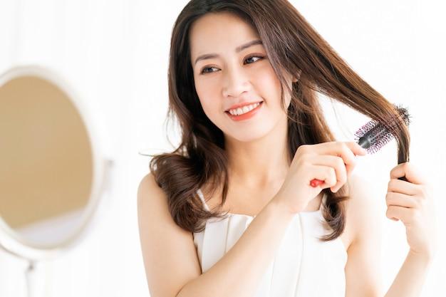 幸せな表情で彼女の髪を磨いて座っている女性