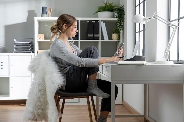 Donna seduta su una sedia alla scrivania