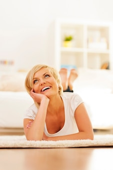 Donna seduta sul pavimento a casa