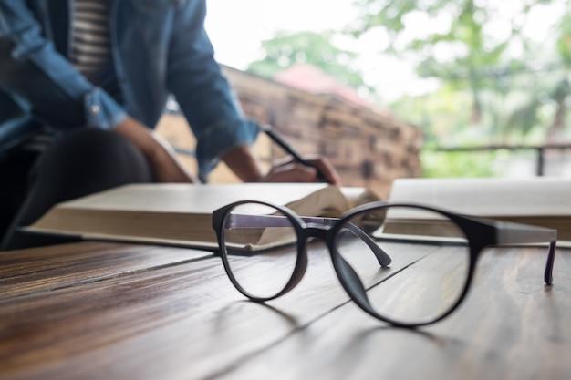 Женщина, сидящая в кафе, чтение книги