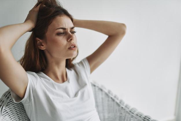 Женщина, сидящая в кресле дома, эмоции, недовольство, депрессия