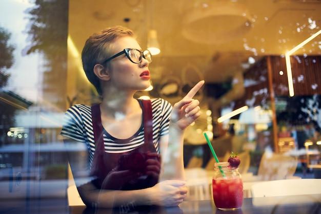 カクテル孤独の物思いにふける表情でレストランに座っている女性
