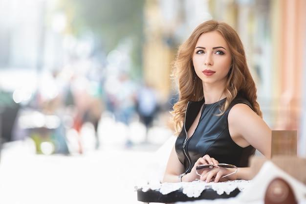 ストリートカフェに座っている女性
