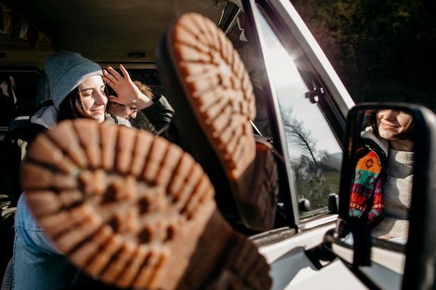 Женщина сидит в фургоне с ее ногами крупным планом