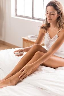 여자가 침대에 앉아