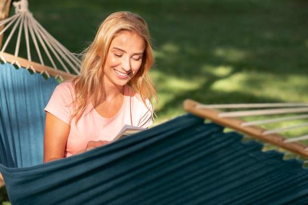 Женщина, сидящая в гамаке