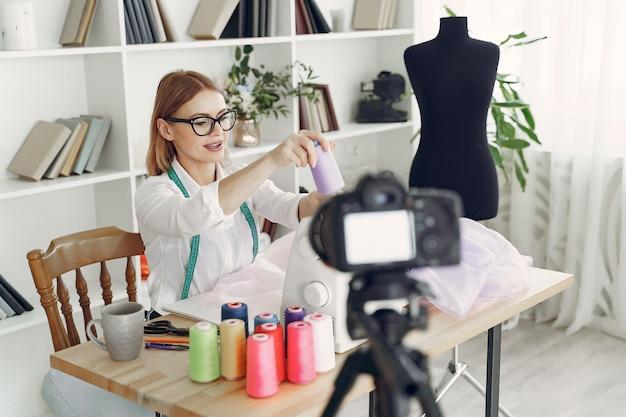 スタジオに座っている女性と布を縫う