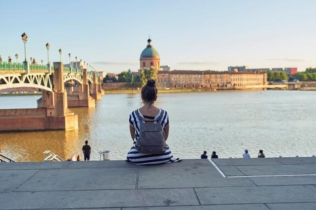툴루즈에서 강에 앉아 여자