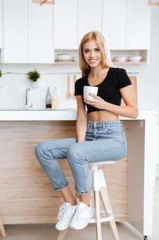 Donna seduta sulla cucina