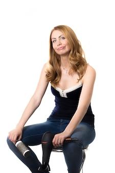 Женщина сидит на стуле с белым фоном