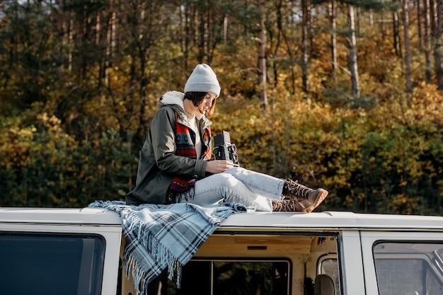 Женщина, сидящая в фургоне