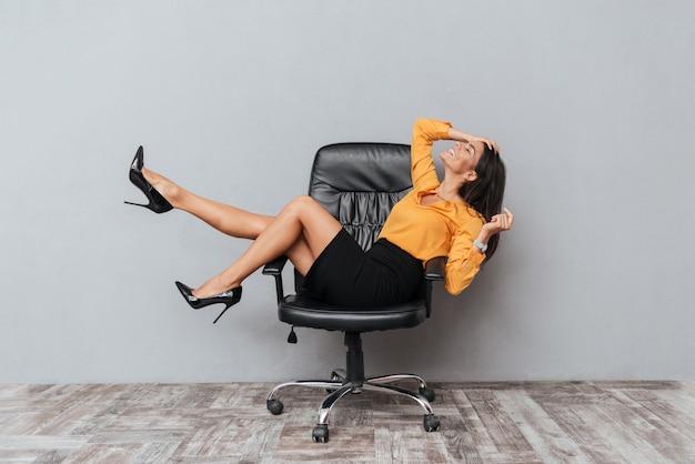 手で椅子に座って、楽しんでいる女性
