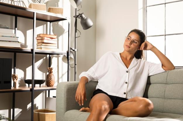 Женщина, сидящая на диване