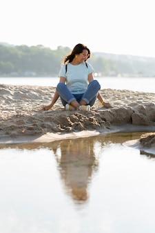 ビーチで砂の上に座っている女性