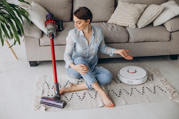 ソファに座って掃除機を選ぶ女性 無料写真