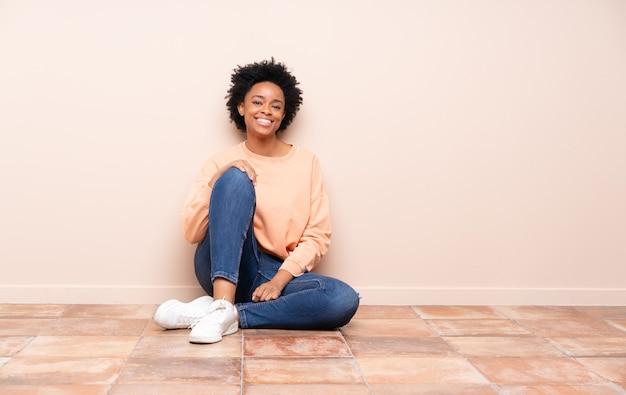 Женщина, сидящая на полу